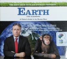 Earth (The Audiobook) - A Visitor's Guide to the Human Race written by Jon Stewart and The Daily Show performed by Jon Stewart, Sigourney Weaver, Samantha Bee and John Oliver on CD (Unabridged)